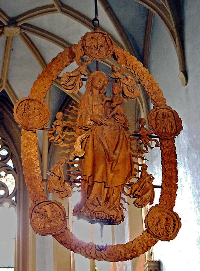 """Tillmann Riemenschneider: Madonna im Rosenkranz, 1524, Volkach, Wallfahrtskirche """"Maria im Weingarten"""" (Bildquelle: Wikipedia) - ein Fall für Henri Nannen"""