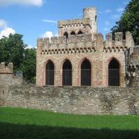 Eine Ruine im Biebricher Schlosspark: Die Mosburg